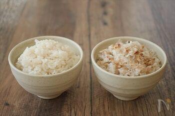 1品の料理の中に異なる食感があるとすぐに飲み込まず、ゆっくり噛みやすくなります。雑穀は白米よりもプチプチと食感がいいものが多いので、よく噛む練習にはもってこいの食材です。こちらのレシピは白米と雑穀米を1つの炊飯器で同時に炊けるというもの。自分は雑穀ごはんを食べたいけど家族が苦手で…という方にオススメです。