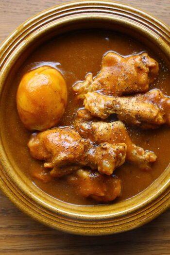 飲み物に例えられることもあるカレーはよく噛まなくても食べることができ、食べ過ぎやすい料理の1つです。そこでオススメなのが骨つき肉を使うこと。スプーンだけでは食べることができず、手間がかかるため自然と食事に時間をかけることができます。