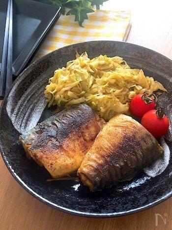 魚料理をするときもあえて骨つきのものを選びましょう。手間がかかり食事に時間をかけられるだけでなく、骨の周りの身は味が濃く美味しいのです。丸ごとの魚はハードルが高い…と感じるのであれば、2枚おろしにした切り身を使うのもいいですよ。
