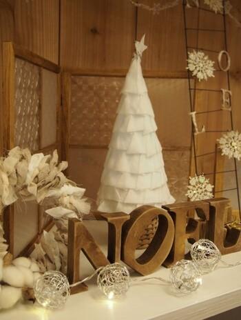 真っ白で雪を纏ったようなこちらのツリーは、なんと100均のアイテムを組み合わせて作られたもの!