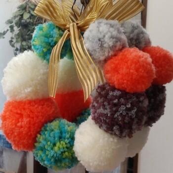 お気に入りの毛糸で同じ大きさのポンポンを作ったら、中央にワイヤーを通して丸めるだけで、こんなにかわいいリースの出来上がり!  写真のようにカラフルに作るほか、モノトーンなど色を絞ると大人っぽい雰囲気に仕上げることもできるでしょう。色合わせに自信がない方は、カラーを3色程度にすると失敗が少ないですよ!