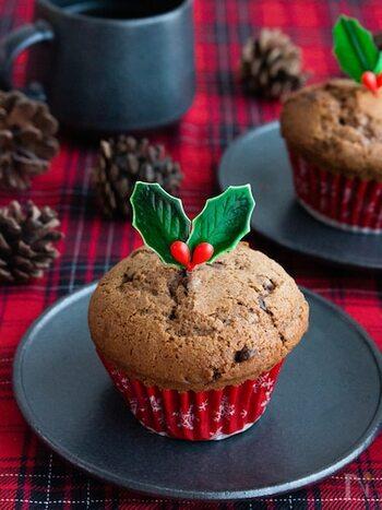 子どもが大好きなチョコレート!こちらのチョコレートマフィンは、ホットケーキミックスで作る手軽さが何といっても魅力的!  マフィンカップとピックを意識してセレクトするだけで、こんなにクリスマス感溢れる仕上がりになりますよ。