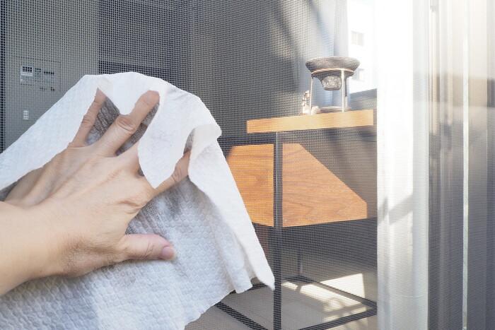 やり方はとっても簡単です。床掃除用のシートを手に取って、くるくると網戸を拭き掃除するだけです。