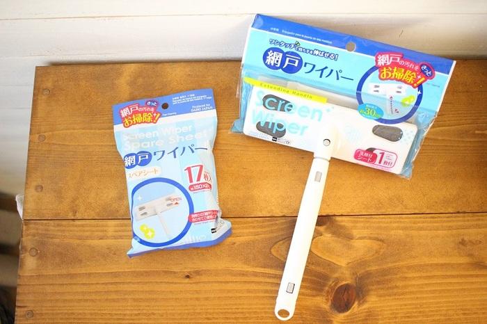 便利グッズの多い100円ショップには、網戸のお掃除をお手伝いしてくれるアイテムもあります。こちらは網戸用のワイパーとシートです。