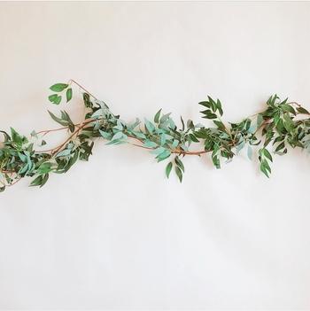 フェイクグリーンなどを使用して作る「グリーンガーランド」。お部屋にナチュラル&爽やかさをプラスしてくれます♪壁に飾るだけでなく、テーブルの装飾や窓周りのアクセントとしても◎