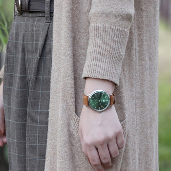 マニッシュな冬の装いに、ユニセックスな気分におすすめしたい上品なグリーンカラー。手元にクラシカルな彩りを与え、即おしゃれ見えが叶うアイテムです。キャメルのレザーベルトに合わせて、足元を同色のレザーシューズなど小物アイテムで統一すれば、ワンランク上の着こなしが楽しめます。