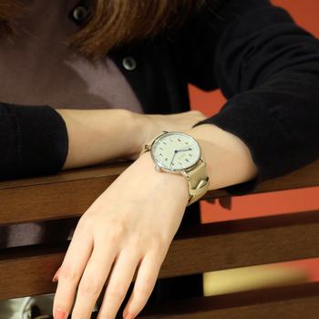 この秋、視認性が高くスリムでシンプルな機械式時計のBREUER AUTOMATIC(ブロイヤー・オートマティック)シリーズが登場しました。時計好きなら一度は手にしたい機械式腕時計ですが、ごつごつとヘビーなデザインが多い中、ありそうでなかった女性にぴったりなデザインに仕上がっています。アラビア数字のインデックスを採用し、ミニマルな佇まい。すっと馴染むベージュカラーは使い勝手のよいアイテムです。