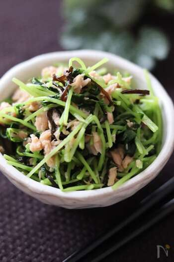 豆苗一袋まるまる使ったレシピ。加熱するとカサが減るのでぺろりと食べられます。塩昆布の旨味が効いた一品。
