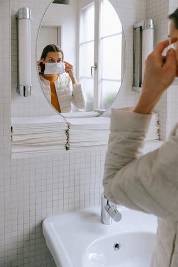 マスクはもちろん、怪我や皮膚のダメージを防ぐための軍手やビニール手袋、動きやすい服装への着替えも用意します。特に冬場は換気の際、体が冷えないように動きやすいアウターを用意すると風邪の予防にも役立ちます。