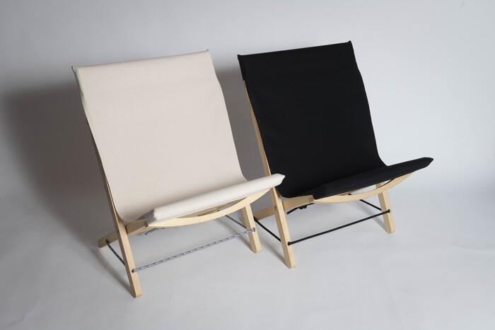 軽くて柔らかい素材のアカマツと、森で使うロープを組み合わせて作り出された折り畳み椅子は、片手で楽々と持ち運ぶことができるほど扱いやすくフレキシブル。