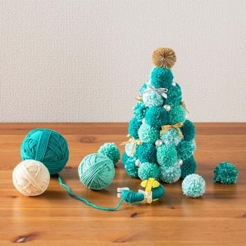 あたたかい肌ざわりでついつい手にとりたくなる、毛糸のクリスマスツリーを作ってみてはいかがでしょう。緑の毛糸を使えば、クリスマスツリーの雰囲気もしっかり出せますし、様々な飾りつけを楽しめます。  毛糸でたくさん、丸い「ポンポン」を作ったら、三角錐の土台に、ボンドでくっつけていくだけで作れますよ。以下、詳細のUR先では、作り方をPDFで提供しています。わかりやすいので、あわせてチェックしてみてくださいね。  ちなみに、「ポンポン」は手作りできますが、『ポンポンメーカー』という便利アイテムを使うと、ササっと簡単につくれますよ。