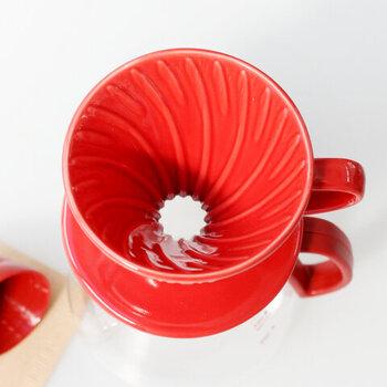 ドリッパーは円錐形です。スパイラル状に刻まれた溝の効果で、コーヒーの理想的な抽出時間を調節しやすくなっています。