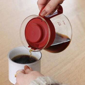 ポットにはふたが付いています。電子レンジも使用可能なので、コーヒーの温め直しもお任せできて便利です。食洗器にも対応しているので、お手入れも楽できます。