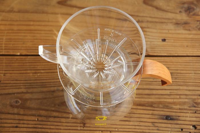 最大の特徴は独自に開発された溝と、円錐形でペーパーフィルターの先端がドリッパーの下に飛び出すことにあります。コーヒーの抽出を均一にして、香りやコクを余すことなく引き出してくれ、ネルドリップにも引けを取らない味わいを作ってくれると人気です。
