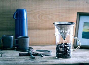 ストンとしたビーカーのような形がかわいらしいコーヒーセットです。コーヒージャグに書かれた目盛や数字もカジュアルで、おうちに居ながらカフェテイストを盛り上げてくれます。