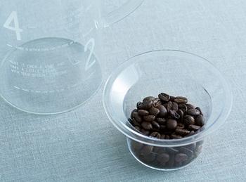 小さなカップはコーヒー豆を量るための軽量カップです。スプーンだとどこにしまおうか迷ってしまうけれど、こんなカップならコーヒーセットと一緒にまとめておけそう。