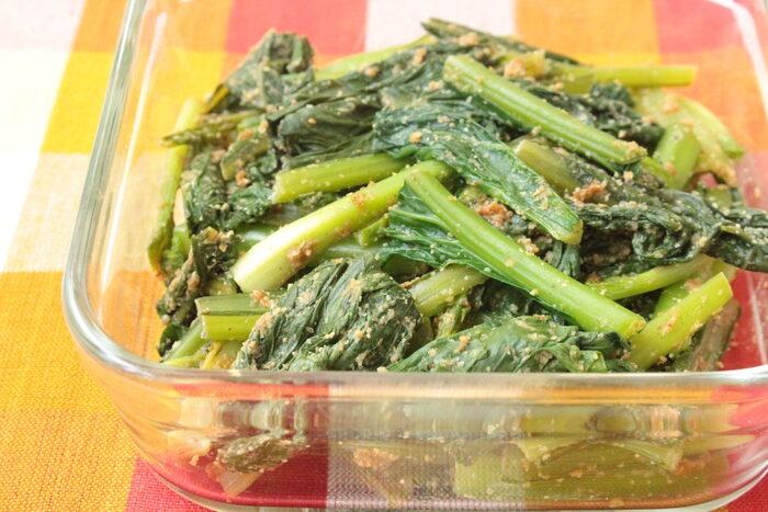 小松菜の緑色がお弁当を彩りよく仕上げてくれる便利な作り置きおかず。すりごまで甘みのある仕上がりになっているので、小さなお子さんでも美味しく食べてくれますよ。みりんのアルコールをとばすため、合わせダレは一度レンジで加熱しましょう。