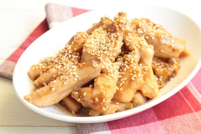甘辛い味でごはんが進む鶏胸肉のスティック甘辛焼き。鶏肉は細長く切ることでパサつきにくく柔らかく仕上がります。ただし加熱しすぎるとジューシーさがなくなってしまうので、様子を見ながら焼いていきましょう。