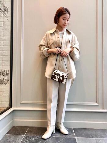 キレイめシルエットは、同じ系統のカラーブーツと合わせるとすっきり一体感のある足元に。パンツとブーツの色を合わせて脚長効果を狙いましょう。 パンツの裾からブーツへと、自然に流れるような丈が理想。
