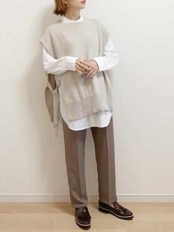 ニットベスト×白シャツとのコーデもバランスの良いコーデ。足元は、このようなメンズライクながっちりとしたシューズを合わせても素敵ですね。