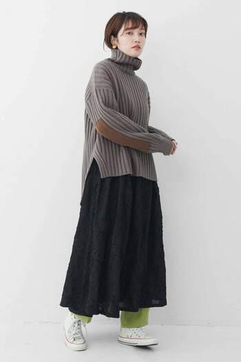 ふんわりスカートの下にだってOK。ちらっと見えるパンツの裾をアクセントに、いつもと違ったコーデを楽しんでみて。