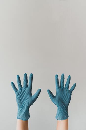 実際に片付けを始める前に掃除用具や服装の準備をしましょう。ケガやハウスダストなどによる体調不良を予防するだけではなく、自分の「片付ける意識」を高めるのにも役立ちます。家具の解体などを予定している場合は工具の状態も確認します。