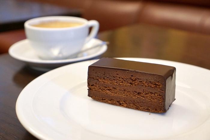 """一番人気は""""サンフォアキンドス""""。濃厚なチョコレートが層になっていて、口に入れた瞬間カカオの香りがふわっと広がります。"""