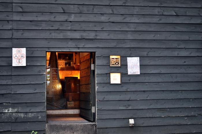 創作料理と日本酒のお店「巖 (いわお)」。改装した古民家に小さなくぐり戸がある外観はまさに隠れ家。2階がふき抜けになっていて居心地の良い空間です。