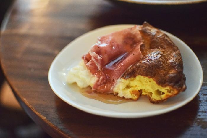 """写真は名物の""""ダッチパンケーキ""""。生ハムとブッラータチーズ、そしてメープルシロップの絶妙なバランスを堪能できます。一口食べた瞬間に幸せが広がります*"""