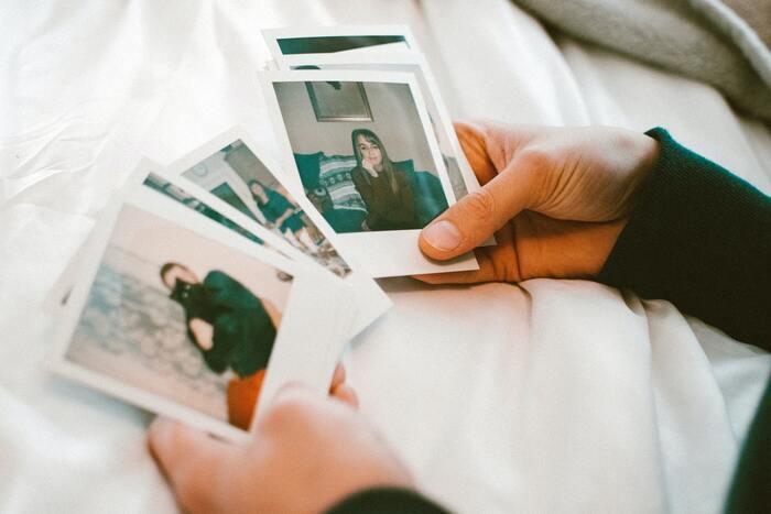 写真や日記帳など、懐かしくてついつい手が止まってしまいますが、先に捨てるべきものに着手しましょう。選別に時間がかかりそうなものは整理する時間ができたときにすぐ取りかかれるよう、いったん箱などに入れて場所がわかるようにしておきます。写真は今住んでいる家に送って選別してもいいでしょう。