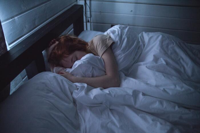 また、睡眠不足は疲労回復ができないのはもちろん、集中力や判断力も著しく鈍るので翌日の作業効率が悪くなります。そればかりか、注意力散漫で思わぬ怪我の原因になるときもあります。心を落ち着かせるため夕方ごろには終了し、お風呂で体を清潔にし、きちんと眠りましょう。