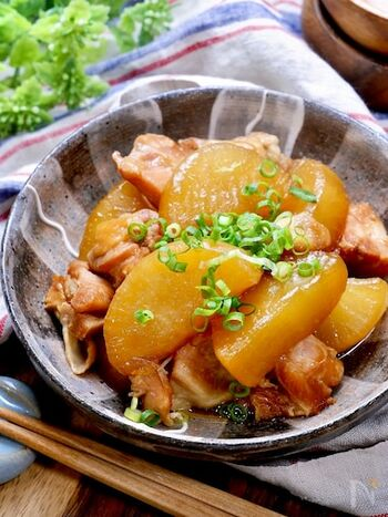 おつまみとしてはもちろん、白ご飯との相性もぴったり!圧力調理5分でできる鶏大根のレシピ。短時間で、てりてりの美味しそうな煮物が完成します。  米をひとつかみ入れて事前に大根を下茹でするのが、煮崩れを防いできれいに仕上げるポイントです。大根と鶏肉、調味料だけで作れるため、節約レシピとしてもおすすめです。