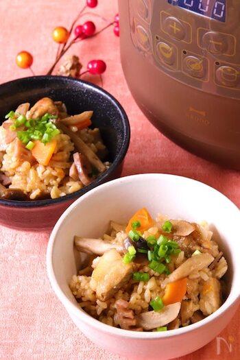 電気圧力鍋を使えば、硬くなりがちな大ぶりの豚ロース肉や根菜も程よい硬さに仕上がります。ゴボウ・レンコン・にんじん・しめじなどたくさんの食材を加えて、栄養満点の炊き込みご飯が完成!  お漬物を添えるだけで、ご飯がもりもりと進みそう♪ご飯ものなのに、野菜やきのこ類をたっぷりと摂取できるのも嬉しいポイントです。