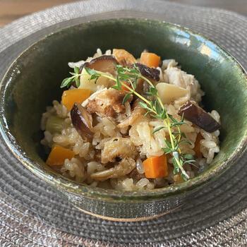 おこわとは、白米でなくもち米を蒸したご飯もののこと。赤飯もおこわのひとつで、特別な日やおめでたい日のご飯として親しまれてきました。  特別感のあるお料理のため、マスターしておくと、お正月や来客用のご飯としても重宝します。中華風のおこわなので、いつもと違うテイストのご飯を食べたいときにもおすすめです。