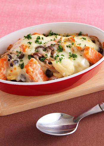 体を温める効果があると言われる鮭をたっぷりのきのこと共にグラタンに。白味噌や練りゴマを加えて和風の隠し味に。しっかりめの味でご飯が進みそうです。