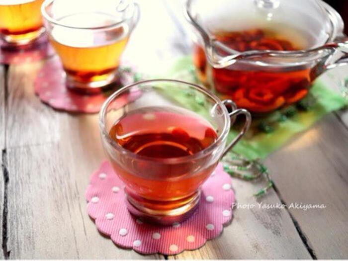 陳皮の他に、乾燥したナツメと炒った黒豆で作る薬膳茶。見た目の色合いも美しく香りも良い冬の薬膳茶は、季節によって入れる材料を変えてもOK♪アレンジが楽しめる、季節感あふれるヘルシーなお茶です。