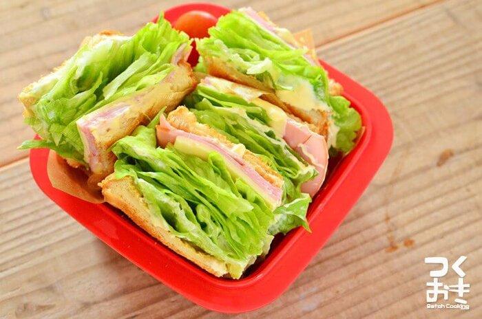 定番のハム×チーズ×レタスのサンドイッチは、味付けも作り方もシンプル!いつでも手軽に作れるのが嬉しいですね。 美味しく作るコツは、ずばりレタスの量。くずれるギリギリまでレタを重ねると、シャキシャキ食感を存分に楽しめるのだそう。