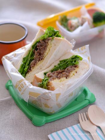 みんな大好き!な、やさしい甘さのハニーマスタードソースを使ったレシピ。牛肉を使ったごちそう感たっぷりのサンドイッチは、おうちランチやピクニックにもピッタリです。