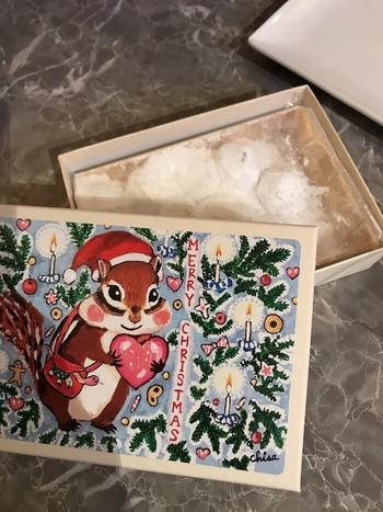 「西光亭」は、かわいらしいリスが描かれたパッケージのクッキーが特徴でファンの多いお店です。絵柄の種類が豊富で、くるみのクッキーやチョコくるみのクッキー、ヘーゼルナッツクッキー、黒ごまクッキーなど、クッキーの種類もさまざま。クリスマスクッキーの箱にもいろいろな絵柄があるのでお気に入りを探してみてください♪