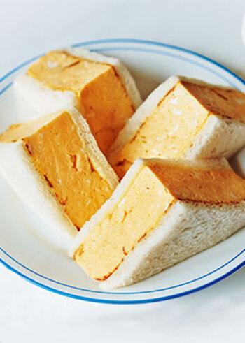 いつもの卵サンドに飽きたら、こんな和風なサンドイッチはいかがでしょうか? 調理のコツは、やや甘めに仕上げた卵液を食パンサイズでふっくら厚めに焼き上げること。 上品なお味のだし巻き卵に、隠し味の辛子マヨネーズがよく合います♪