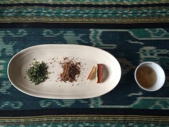 ミキサーで砕いた陳皮は紅茶や日本茶に入れて香りを楽しんだり、ショウガやハチミツなどと一緒にお湯に入れて陳皮茶にしたり、好みの味で香りの良いみかん茶を作れます。
