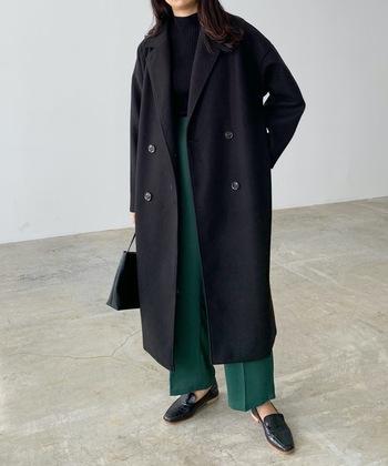 トレンドにとらわれない安定感があるブラックのコートは、どの世代でもぜひワードローブに加えたい1枚。シンプルだからこそシルエットにこだわることで、より自分らしい着こなしが叶います。