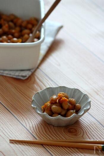 大豆を甘く煮てみかんの皮で香り付け。甘さの中にさわやかな香りを楽しめる素朴な煮豆は、常備菜や、お弁当に入れたり、お茶うけにも使えて便利です。