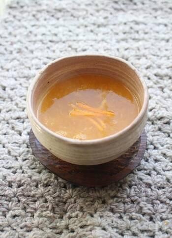 寒くなると飲みたくなる葛湯。みかんとくず粉を使っておうちで手作りはいかがでしょうか。甘さも調整できるうえに、果汁は絞って、皮を刻んで使うので、丸ごとみかんを味わえます。