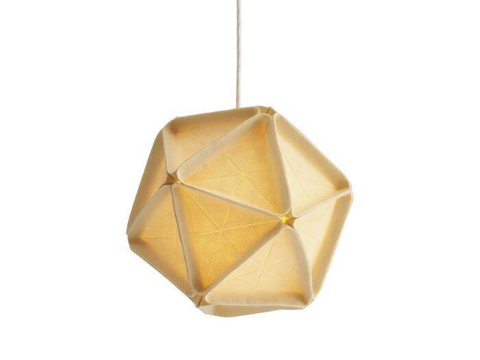 正二十面体がモチーフになっている珍しいフォルムですよね。デザインを手掛けたのは、ニューヨークを拠点に活躍し、天才デザイナーとして名を馳せるロス・メネズ。  やさしい風合いのフェルト素材を通して、温かみのある灯りをともします。