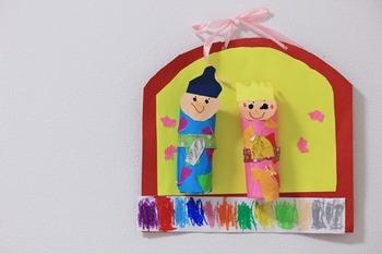 子供の作品は素朴で優しさに溢れています。画鋲でシンプルに飾るのが、魅力を一番引き出す方法だったりもします。画鋲の色や大きさを選べば、雰囲気も変わりますよ。