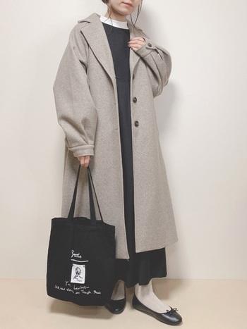 袖のデザインが素敵なグレーのコートに黒のジャンバースカートを合わせて。足元はライトグレーのタイツにするとコートとリンクしお洒落な仕上がりに。