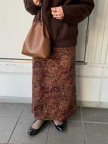 ペイズリー柄が素敵なすとんと落ち感のあるスカート。同色系のシンプルニットを合わせてまとまりのあるコーデに。足元はエナメルのバレエシューズにして、それぞれの素材感の違いを楽しみましょう。