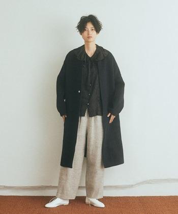 中性的で自然体な印象を纏えるネイビーのコート。コントラストが映えるアイボリーのパンツと合わせて、重くなりすぎない冬のナチュラルコーデに。