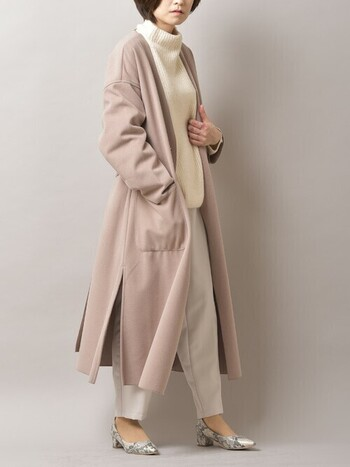 白ニットにくすみピンクのコートを組み合わせた甘めのスタイリングには、パイソン柄などでエッジを効かせると◎ 足首が覗くヒールなら、程よい大人の甘辛コーデを実現させてくれます。